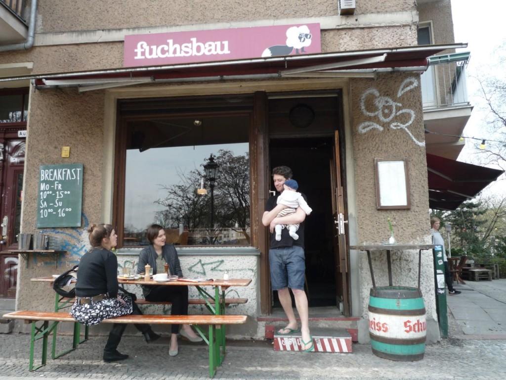 Cafe Fuchsbau i Graefestrasse 96 i Neukölln - hyggelig og rå cafe med gårdhave lige ud til Landwehr Kanal.
