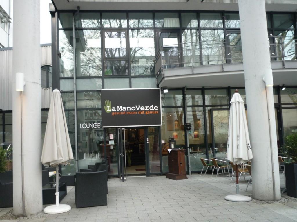 Vegetarrestauranten La Mano Verde ligger i et hyggeligt gårdmiljø.