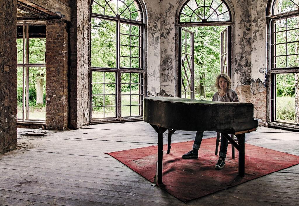 Mattias Kolstrup ved klaveret på et af sine alternative udflugtsmål, det forladte sanatorium Heilstätte Grabowsee. (Foto: Rasmus Funder ©)