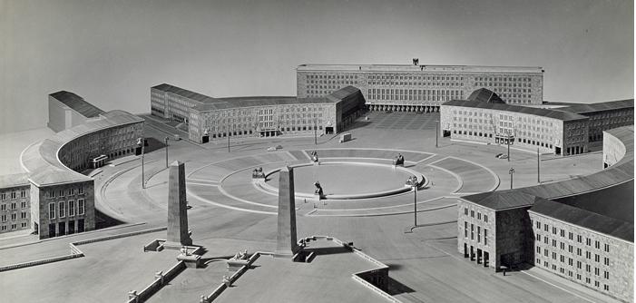 """Den nedlagte og nu fredede lufthavn Tempelhof indgik i Hitlers storladne drømme om Berlin som verdenshovedstaden """"Germania"""" med ti millioner indbyggere. Efter en ny folketælling er antallet af indbyggere i Tysklands hovedstad i nu reduceret til knap 3,3 millioner."""