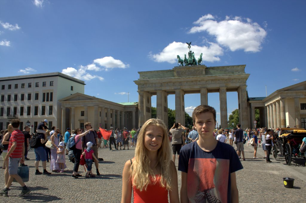 De to teenagere ved Brandenburger Tor