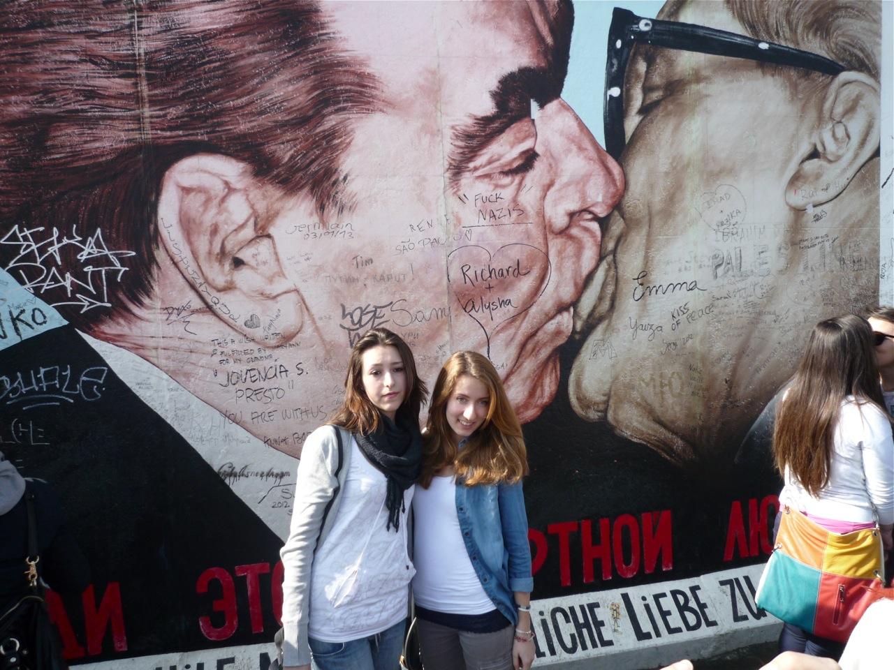 """Et af de mest kendte motiver i East Side Gallery er """"Bruderkuss"""", der viser Leonid Bresjnev og Erich Honecker i et heftigt kys. Billedet er malet af den russiske kunstner Dmitri Wladimirowitsch Wrubel."""