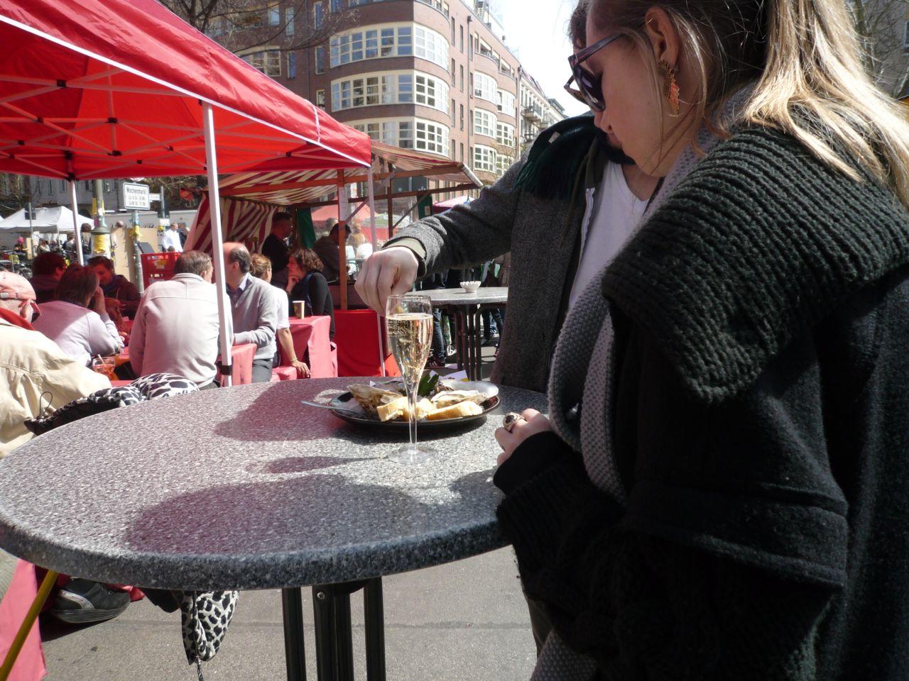 Selvfølgelig kan man også købe østers og champagne på lørdagsmarkedet på Kollwitzplatz. Vi er jo i den mere velbeslåede del af byen.