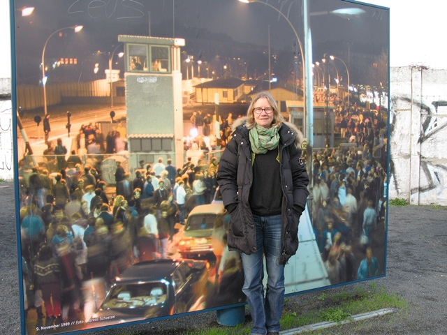 """Artiklens forfatter Gitte Merrild på stedet, hvor den tidligere grænseovergang i Bornholmer Strasse er markeret med billeder og infotavler. Den officielle indvielse sted af """"Platz des 9. Novembers 1989"""" finder sted i dag, 9. november 2013 kl. 20.30."""