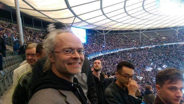 """""""Ha-ho-he, Hertha BSC!"""" Tirsdag aften vandt Hertha Berlin 2-0 over FC Köln på det historiske Olympia Stadion. Efter billedet at dømme var det i høj grad til Peter Tudvads store tilfredshed."""
