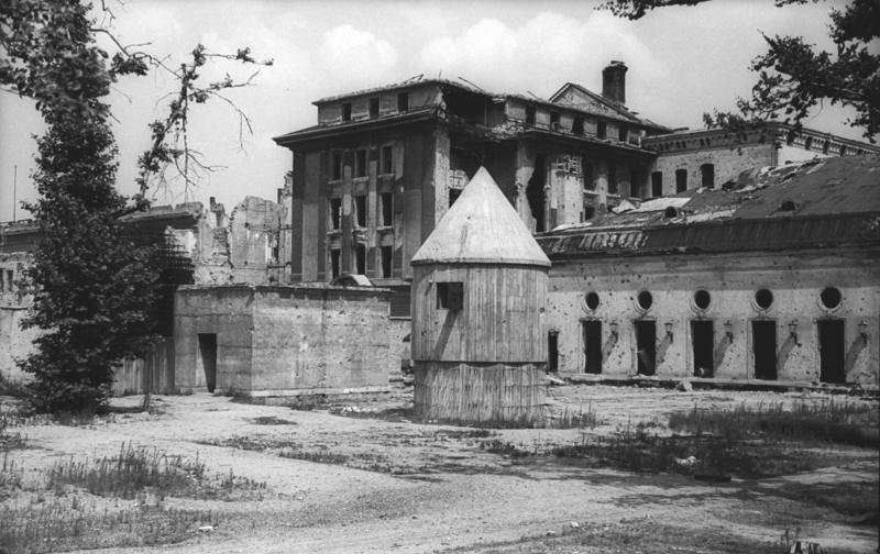 """Den såkaldte """"Führerbunker"""" , juli 1947. Foto: Bundesarchiv"""