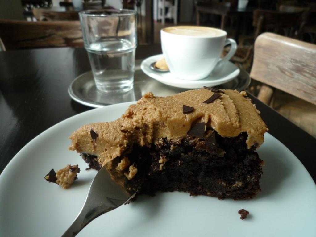 Peanut butter frosted devils food cake på vegetarcafeen Rootz i Berlin.