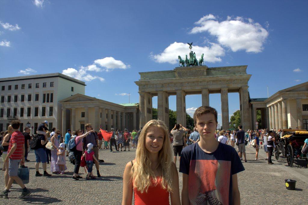 De to teenagere ved Brandenburger Tor