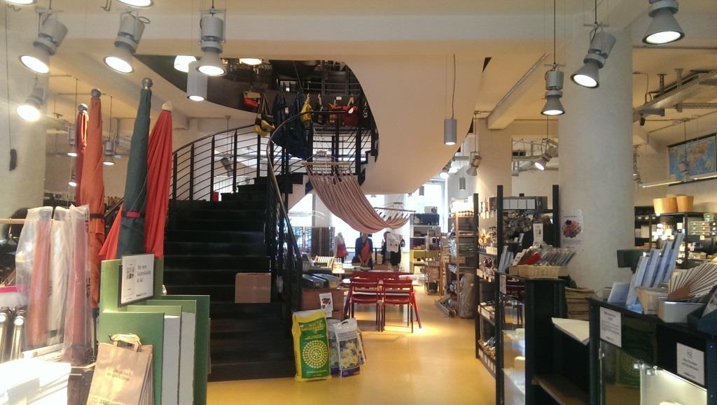 Butikken ved Ernst-Reuters-Platz med kvalitetsprodukter i to etager